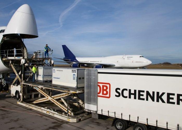 Verladung von Envirotainer am Flughafen Frankfurt-Hahn; Luftfracht; Spezialbehälter; Dies sind spezielle Luftfracht-Kühlcontainer aus Schweden; weltweiter Einsatz und Standard für anspruchsvolle Kunden aus den Bereichen Healthcare und Pharma.